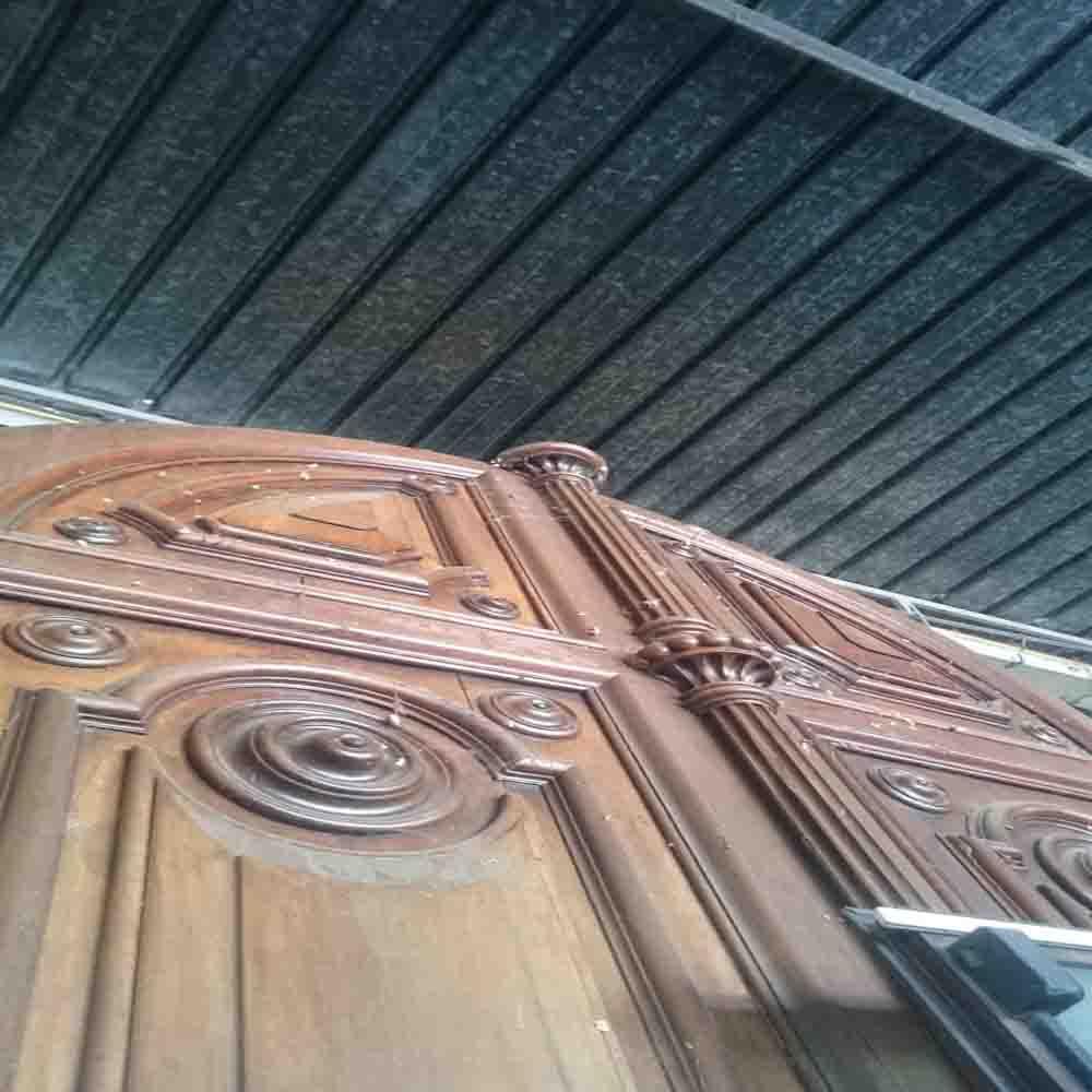 Portone antico in legno massello con modenature