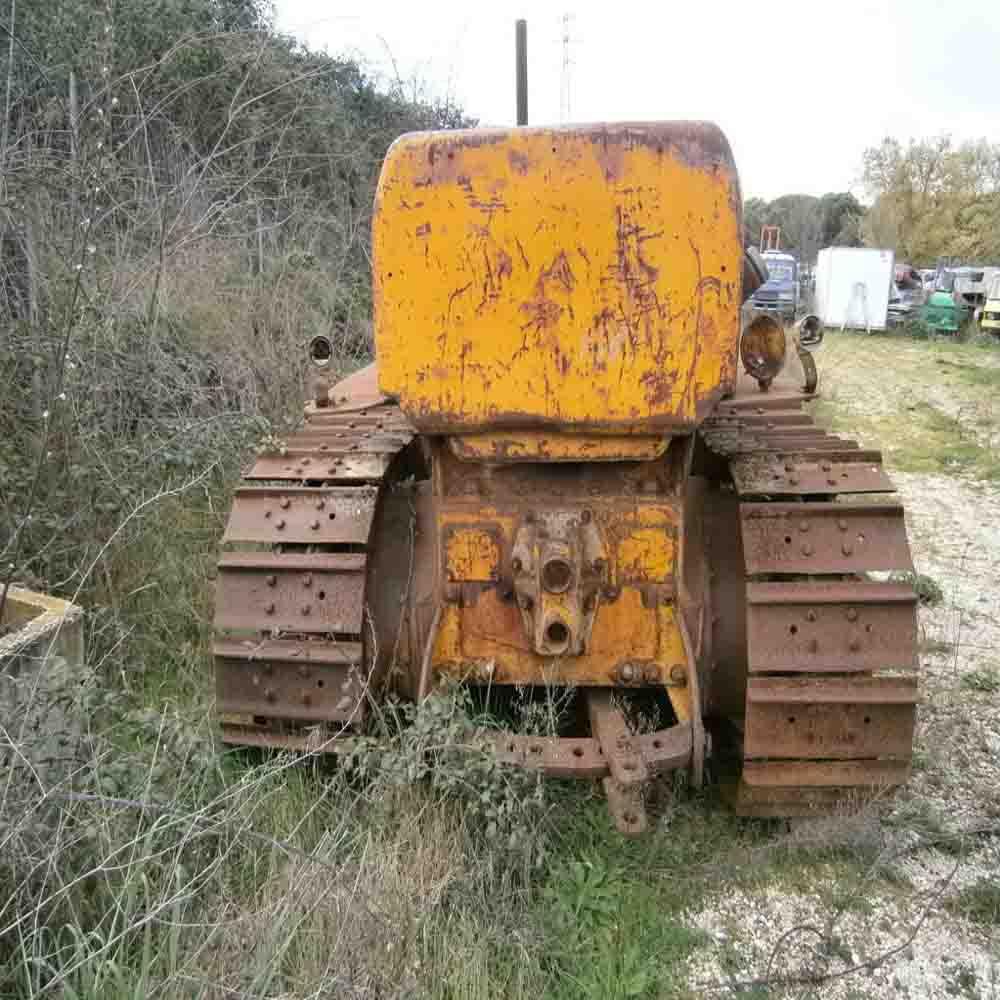 Antico trattore Fiat cingolato da restaurare