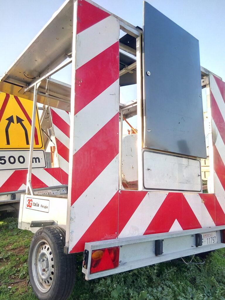 carrelli 2 ruote per segnaletica stradale sulle autostrade.